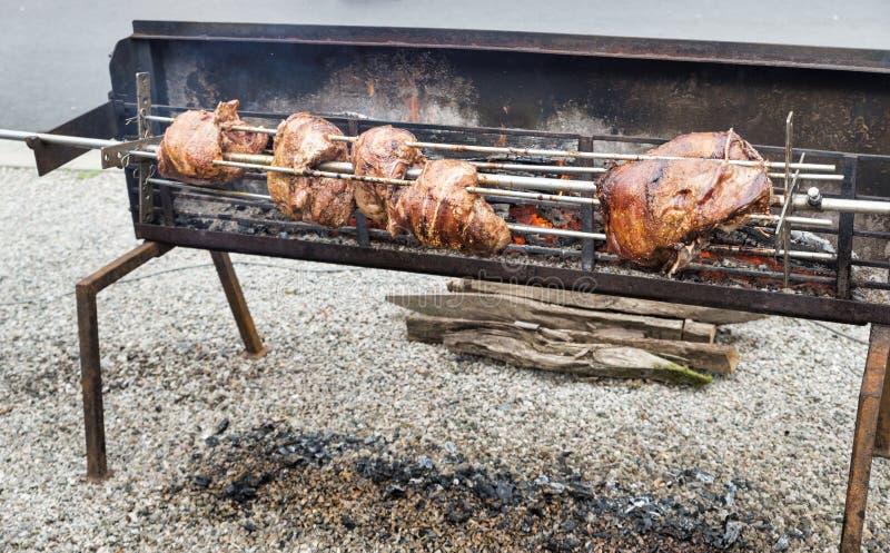 Viande sur le gril ou broche sur la rue image stock