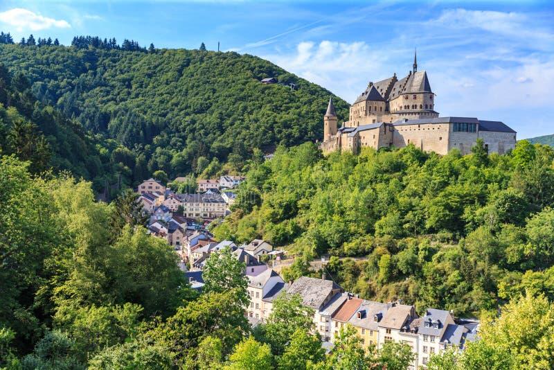 Vianden-Schloss und ein kleines Tal stockfotos