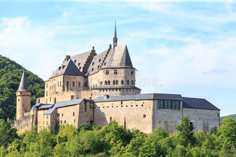 Vianden-Schloss und ein kleines Tal lizenzfreie stockfotografie