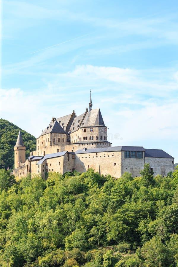 Vianden-Schloss und ein kleines Tal stockbilder