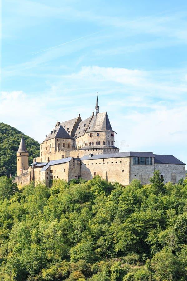 Vianden-Schloss und ein kleines Tal stockfotografie