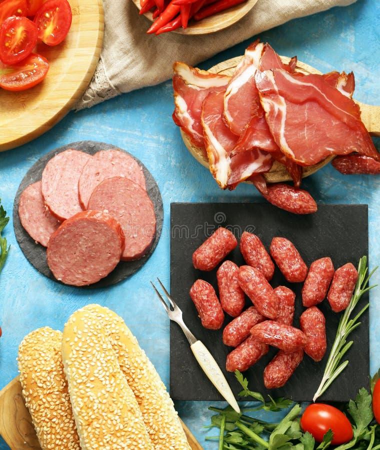 Viandes d'épicerie de table de pique-nique de déjeuner saucisse, salami, Parme, pain de prosciutto et légumes photographie stock libre de droits