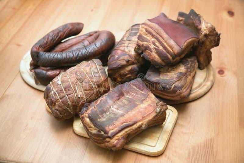 Viandes fumées traditionnelles, jambon, saucisson, bacon image stock