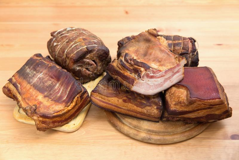 Viandes fumées traditionnelles, jambon, saucisson, bacon photos stock