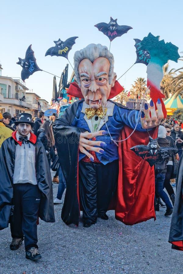 VIAREGGIO, ИТАЛИЯ - 19-ОЕ ФЕВРАЛЯ:  иносказательная маска о итальянке стоковое фото