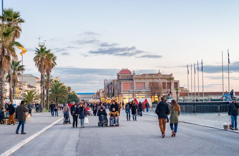 VIAREGGIO, ИТАЛИЯ - 24-ОЕ ЯНВАРЯ 2015: Прогулка океана на заходе солнца стоковые фотографии rf