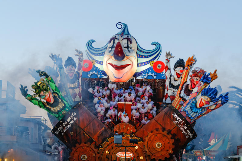 VIAREGGIO, ITÁLIA - 7 de fevereiro: parada da biga alegórica a foto de stock royalty free