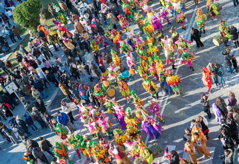 VIAREGGIO ITALIEN - FEBRUARI 10, 2013: Folket tycker om karnevalet para arkivbild