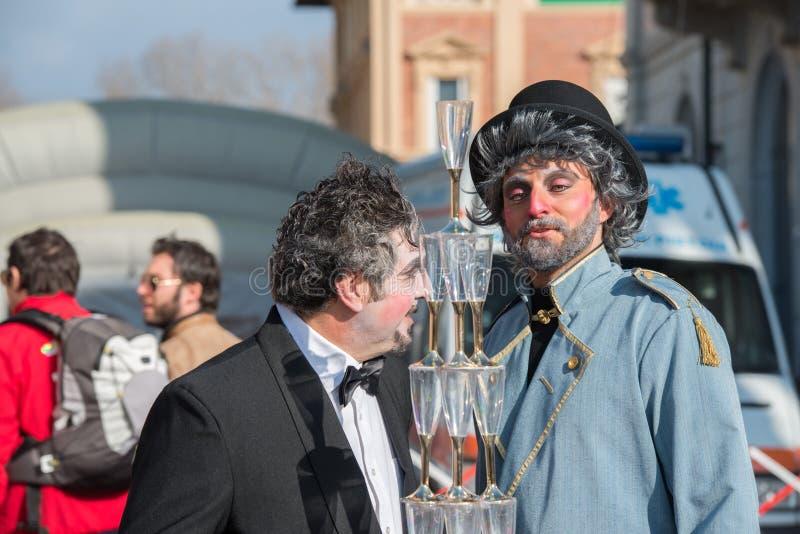 VIAREGGIO ITALIEN - FEBRUARI 17, 2013 - karnevalshowen ståtar på stadgatan arkivbilder