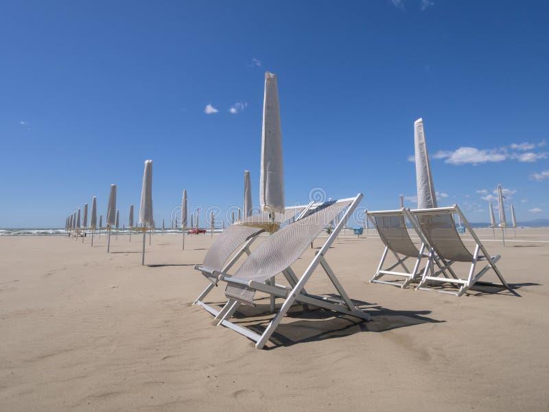 Viareggio strand, ut ur säsong Se ut till havet royaltyfria foton