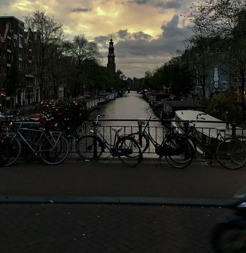 Vias navegáveis de Amsterdão imagens de stock