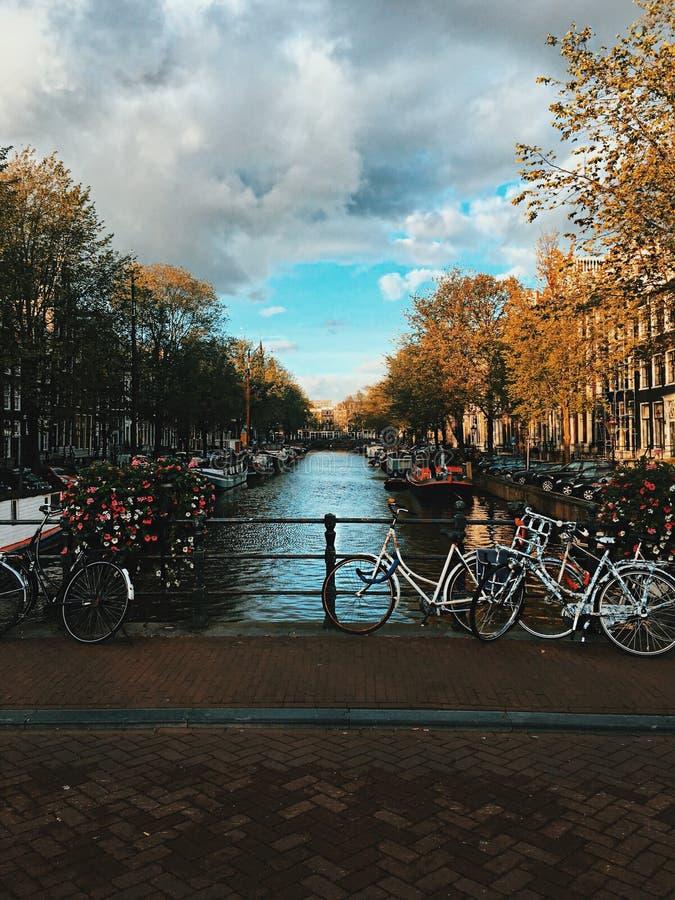 Vias navegáveis de Amsterdão na queda imagem de stock