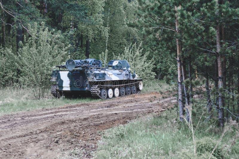 Viatura de combate da infantaria do valor da floresta parte da estrada do equipamento militar tenha a tonifica??o foto de stock