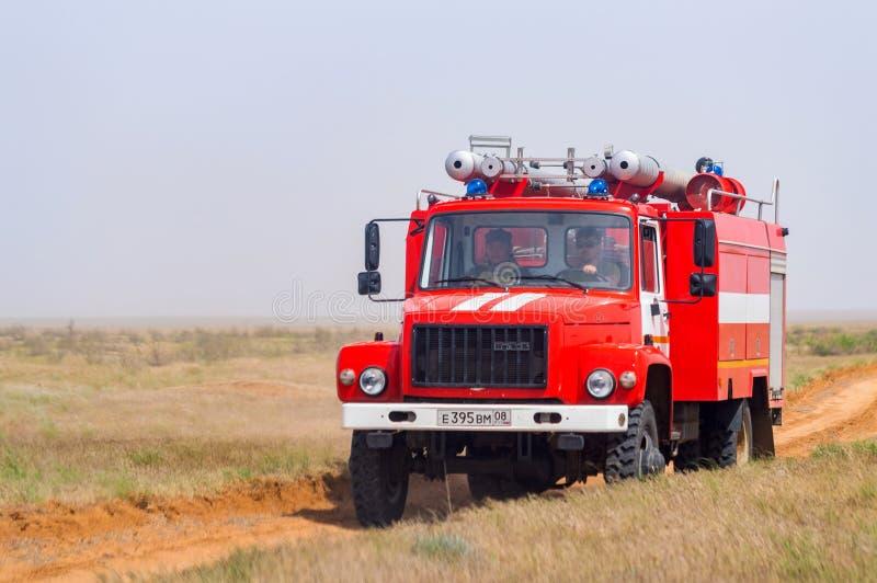Viatura de incêndio vermelha para extinguir o estepe ou incêndios florestais naturais fotografia de stock