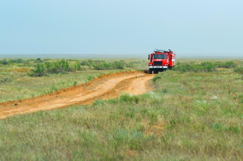 Viatura de incêndio vermelha para extinguir o estepe ou incêndios florestais naturais imagem de stock royalty free