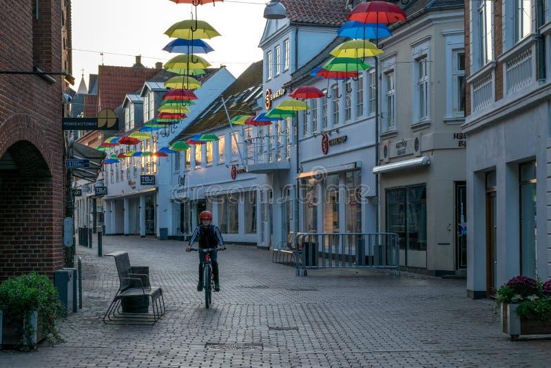 VIBORG, DANEMARK - 18 SEPTEMBRE 2016 : Un enfant sur une bicyclette à Viborg photo stock