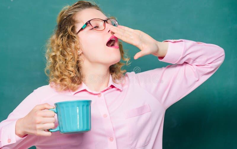 Vibra??es da manh? Ideia e inspira??o mulher de bocejo com o copo de café no quadro-negro Bom dia menina que refresca com chá foto de stock royalty free
