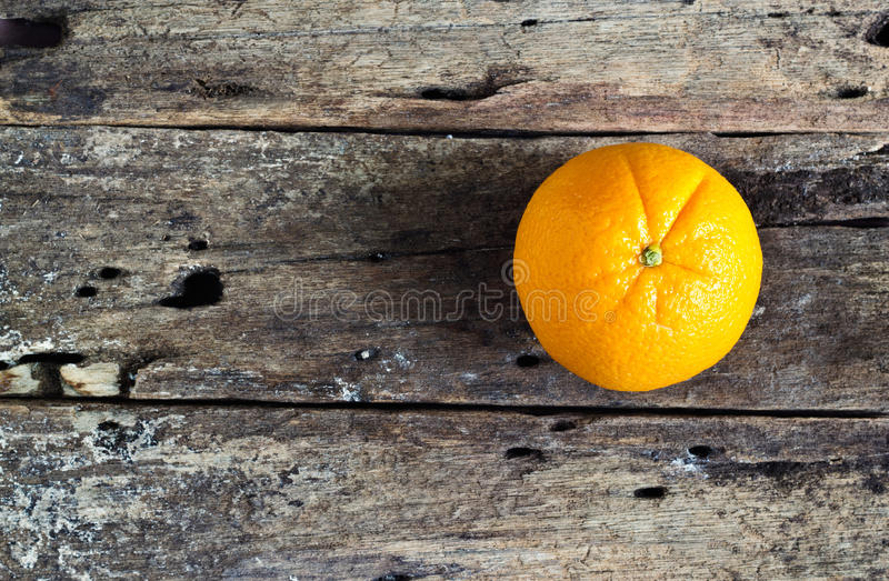 Vibrant orange sur la table en bois, concept vibrant photo stock