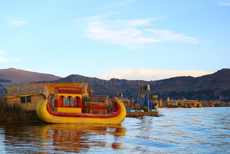 Vibrante coloriu Totora tradicional Reed Boats no lago Titicaca, Uros Floating Island famoso de Puno, Peru imagem de stock