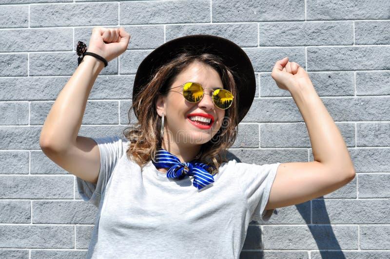 Vibraphone de ville d'été Femme de sourire assez jeune ensoleillée de portrait de mode de mode de vie photos libres de droits