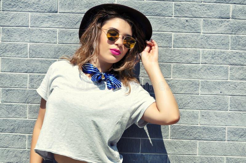 Vibraphone de ville d'été De mode de vie de mode de portrait jeune femme ensoleillée assez utilisant l'équipement à la mode photographie stock libre de droits