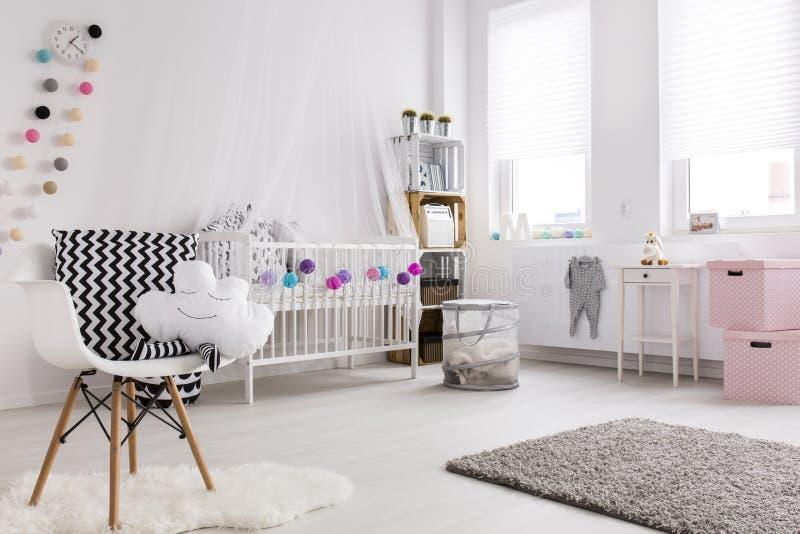 Vibrazione moderna in una stanza del bambino immagini stock libere da diritti
