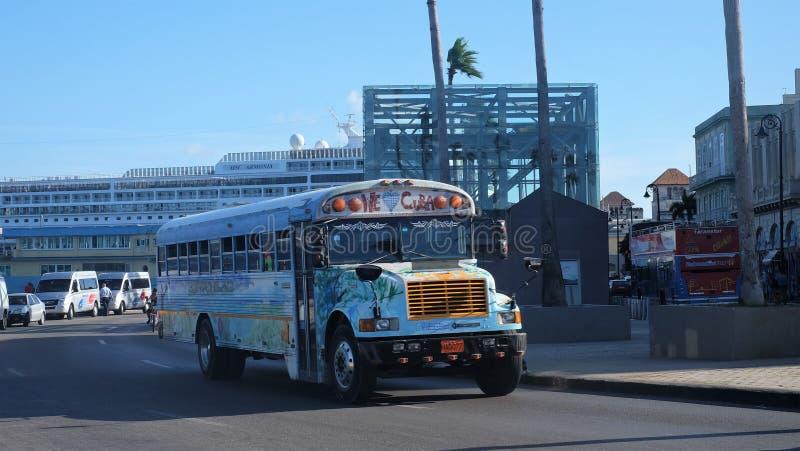 Vibrerande färgrik buss på gatan av havannacigarrstaden, Kuba arkivbild