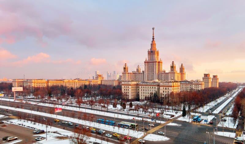Vibrerande flyg- panorama av vinteruniversitetsområdet av det berömda solnedgånguniversitetet med snöade träd i Moskva royaltyfria bilder