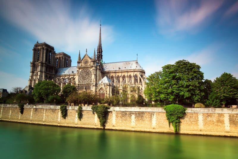 Vibrerande Notre-Dame royaltyfria foton