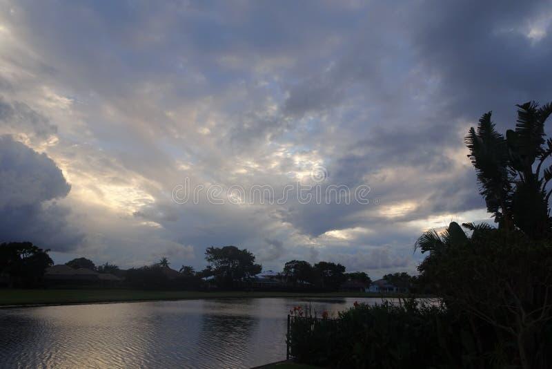 vibrerande och stormig solnedgång i vändkretsarna med en kontur av a royaltyfria bilder