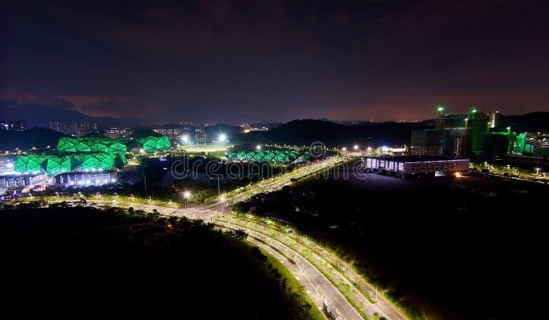 Vibrerande panoramautsikt av det typiska kinesiska landskapet med bostads- byggnader och h?ga v?gar royaltyfria foton