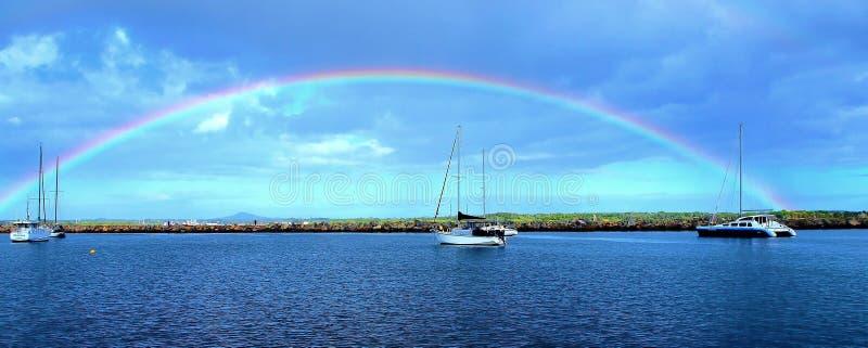 Vibrerande regnbåge för blå himmel royaltyfria foton