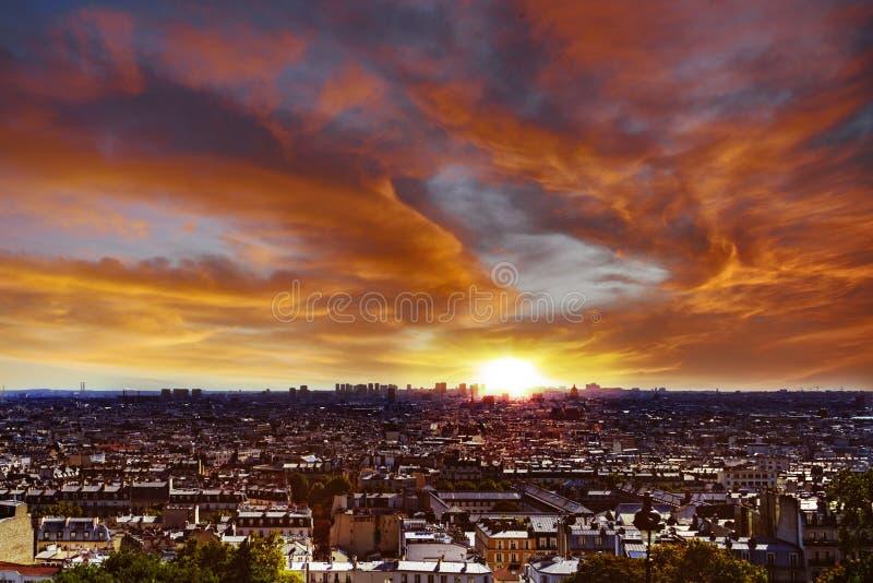 Vibrerande solnedgång över Paris arkivbilder