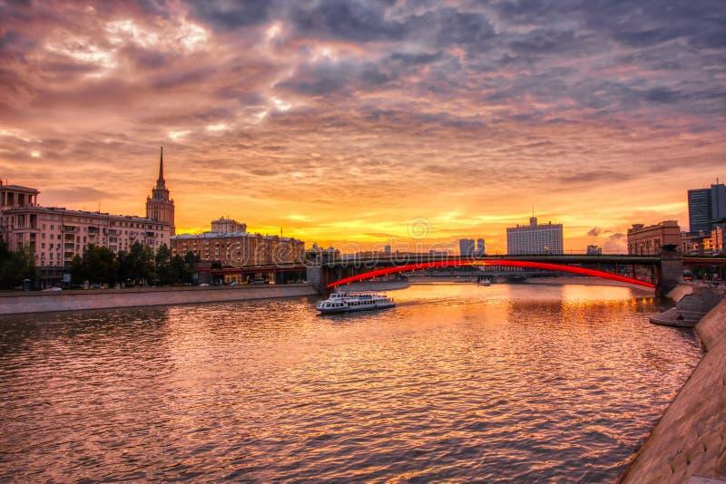 Vibrerande solnedgångcityscape Moskvaflodlandskap med dramatiska himlar arkivbild