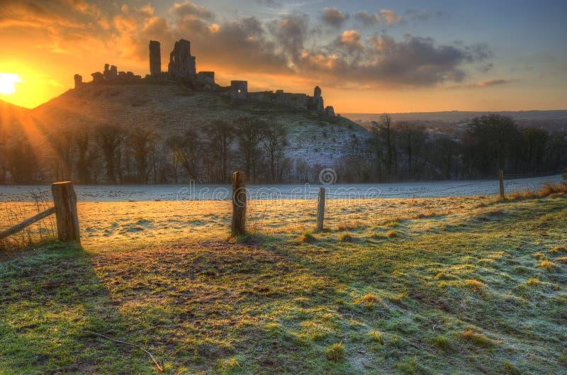 Vibrerande vinterlandskapsoluppgång över slott fördärvar royaltyfria foton