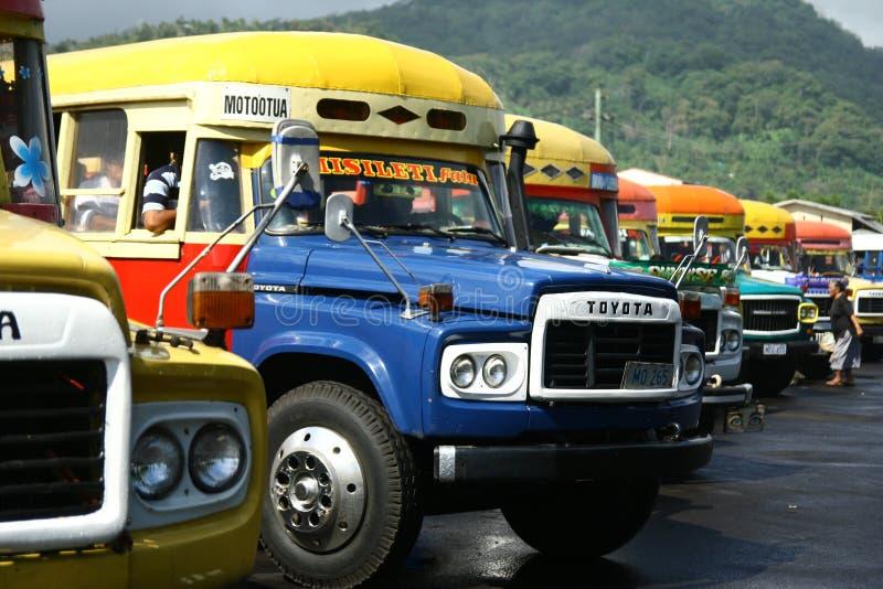 Vibrierend gemalter Bus in Samoa-Inseln lizenzfreies stockbild