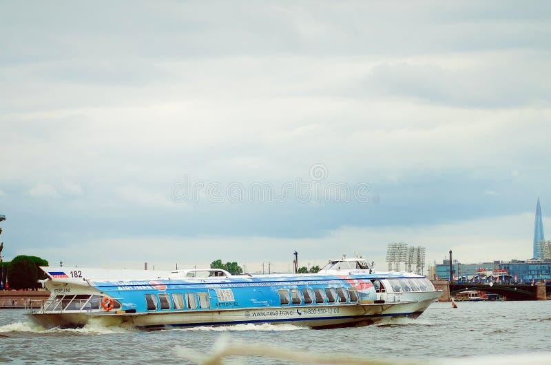 Vibrierende Ansicht des Meteorjet-Bootes, das durch die Oberfläche von Neva River des Heiligen reist lizenzfreies stockfoto