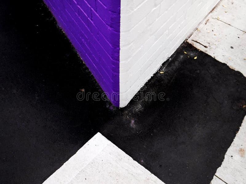 Vibrierende purpurrote und weiße Wände an der Straßenecke lizenzfreie stockbilder