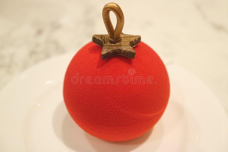 Vibrierende rote Samt-Weihnachtsball-Verzierung geformter Kuchen mit Berry Mousse Inside stockfotografie