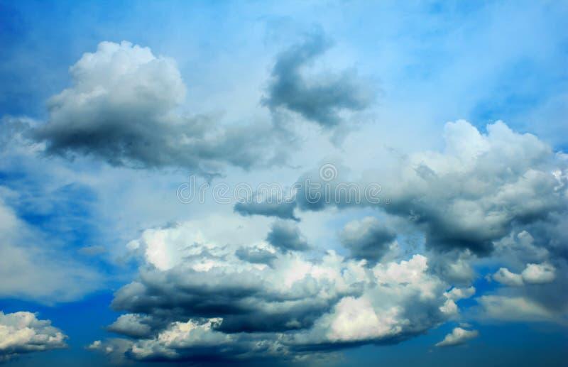 Vibrierende Sturmwolken über dem dunkelblauen Himmel stockbild