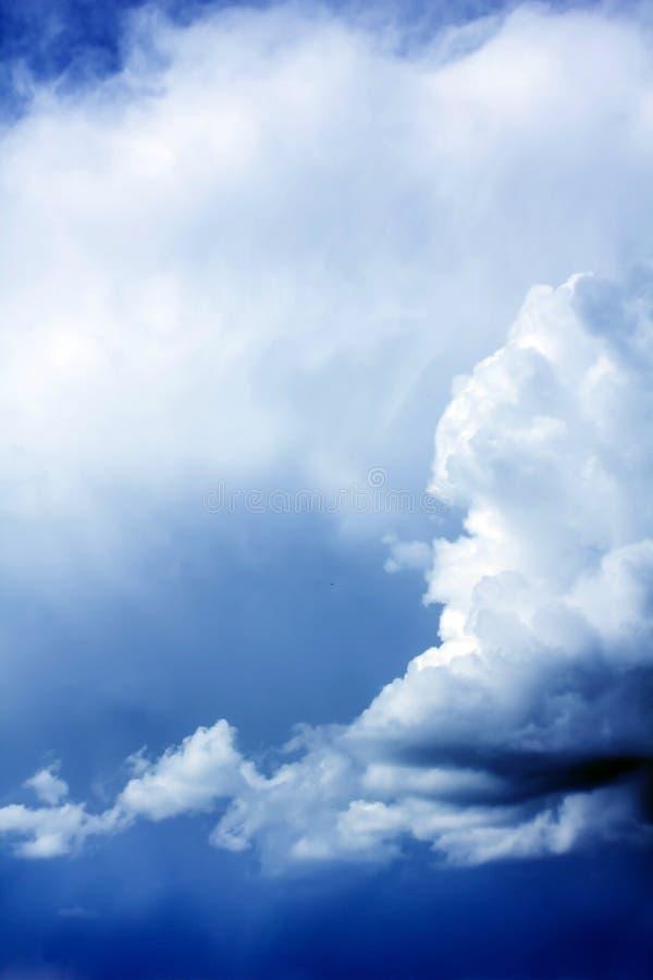 Vibrierende Sturmwolken über dem dunkelblauen Himmel lizenzfreie stockbilder