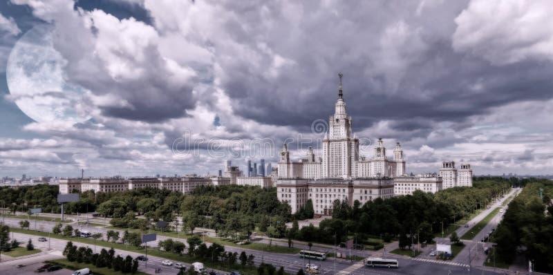 Vibrierende Vollmondherbstcollage des berühmten russischen unversty Campus lizenzfreie stockfotos