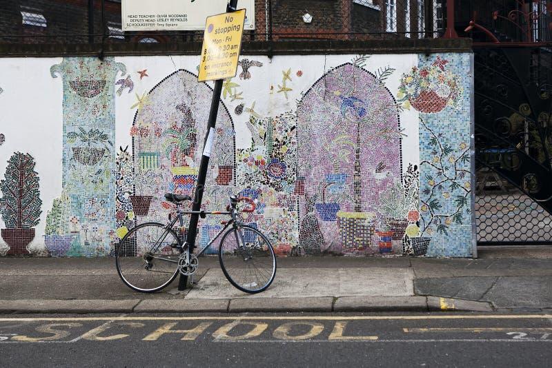 Vibrierende Wand der Grundschule in Mietpferd von London lizenzfreie stockfotografie