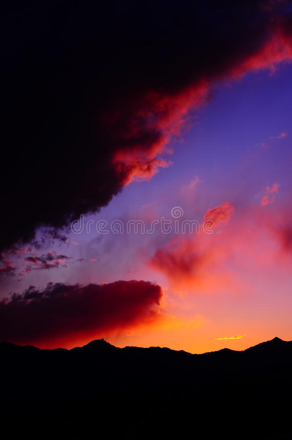 Vibrierender Gebirgssonnenuntergang stockbild
