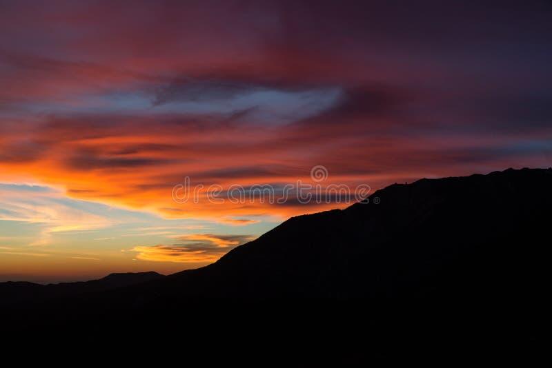 Vibrierender Sonnenuntergang hinter den San- Bernardinobergen lizenzfreie stockfotos