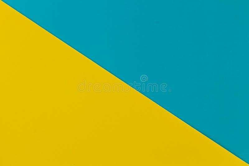 Vibrierendes Gelb und Himmelblau färbten Plastikoberflächen diagonal verbunden, Hintergrund stockfoto