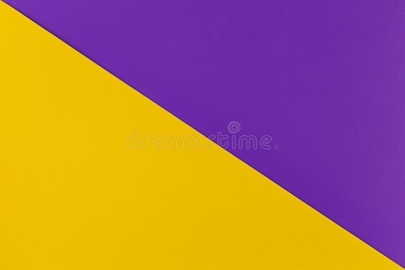 Vibrierendes Gelb und Purpur färbten Plastikoberflächen diagonal verbunden, Hintergrund stockfoto