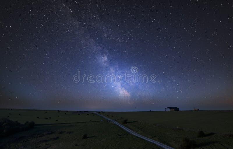Vibrierendes zusammengesetztes Bild der Milchstraße über Landschaft des englischen coun lizenzfreie stockbilder