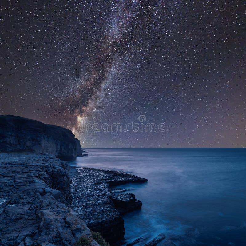 Vibrierendes zusammengesetztes Bild der Milchstraße über Landschaft des langen exposur stockbilder