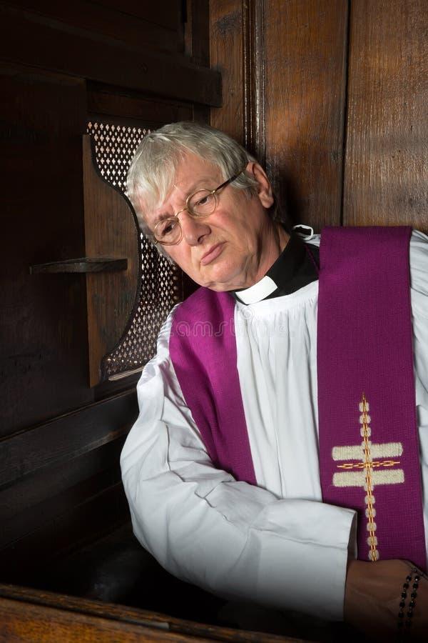 Vicario en cabina de la confesión imágenes de archivo libres de regalías